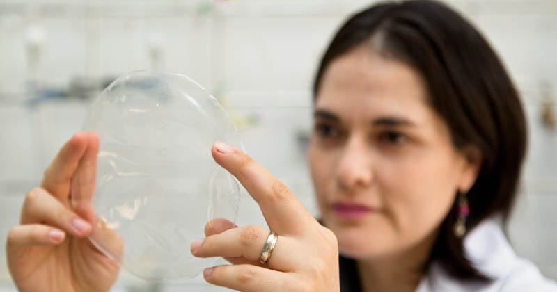 Engenheiros da USP criam plástico biodegradável feito de mandioca, transparente e resistente